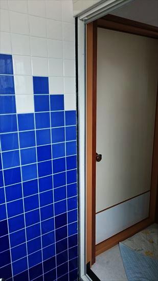 DIYで浴室ドアのリフォーム5・・・縦枠との隙間にアルミフラットバー